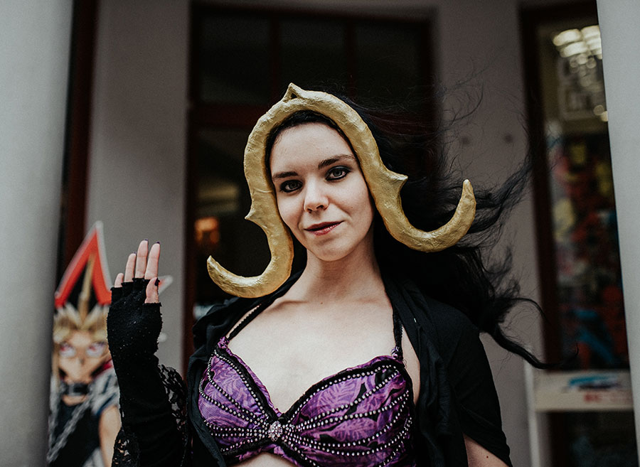 Cosplayerin als Liliana, ein Planeswalker aus dem Magic: The Gathering Multiversum